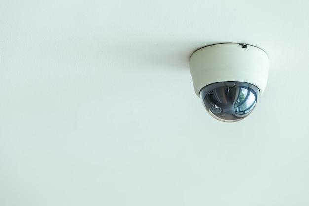 Feche acima do sistema de cctv instalado no teto no corredor do hotel