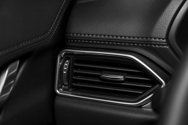 Feche acima do sistema de ventilação do carro - detalhes e controles do carro moderno.