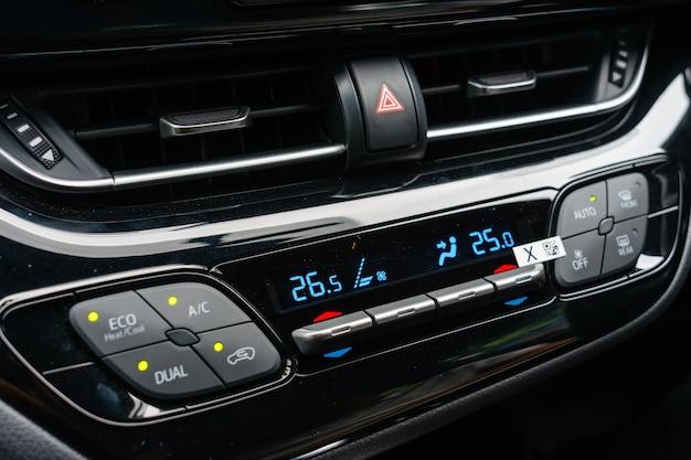 Feche acima do sistema de ventilação do carro e do condicionamento de ar - detalhes e controles do carro moderno.