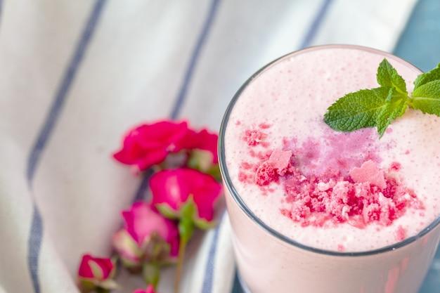 Feche acima do smoothie do yougurt da fruta - conceito vivo da saúde