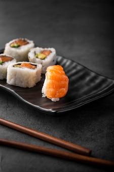 Feche acima do sushi nigiri e maki