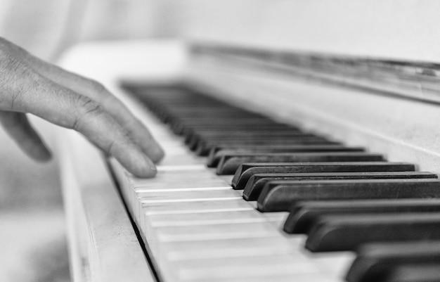 Feche acima do teclado de piano branco
