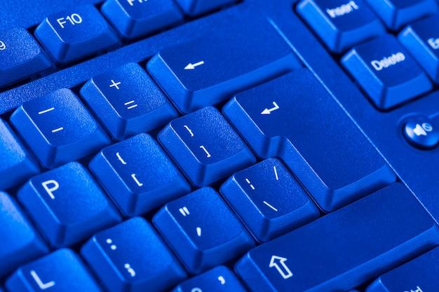 Feche acima do teclado do computador pessoal como pano de fundo.