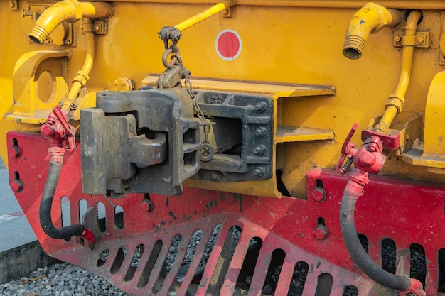 Feche acima do tipo conexão da junção ou junta da frente do trem.