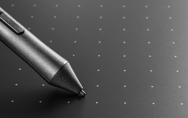 Feche acima do tiro da tabuleta gráfica com a caneta para ilustradores e designers. instrumento de design gráfico.