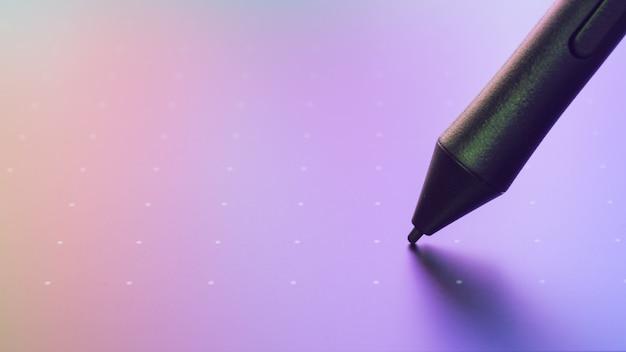 Feche acima do tiro da tabuleta gráfica com a caneta para ilustradores e designers.