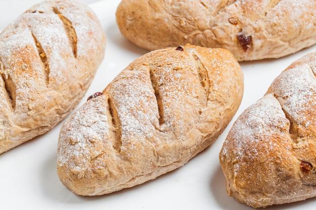 Feche acima do tiro de pão. isolado no fundo branco.