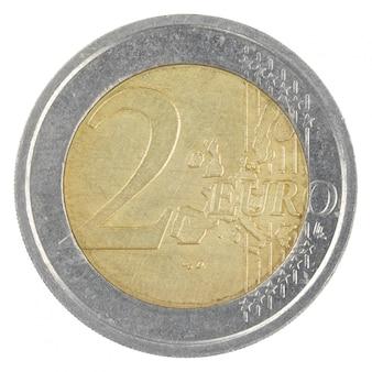 Feche acima do tiro de uma moeda antiga de 2 euro isolada