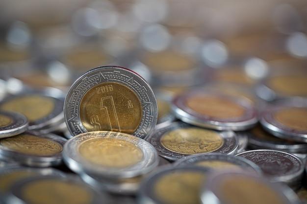 Feche acima do tiro de uma moeda de peso mexicano