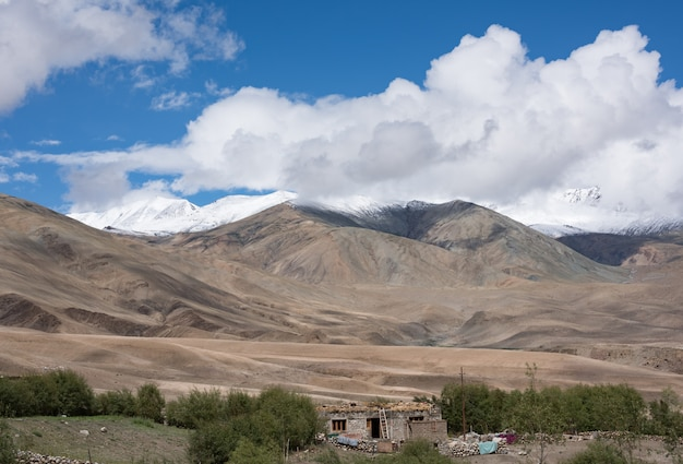 Feche acima do topo das montanhas, himalaia, jammu e caxemira, índia