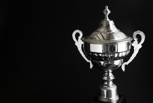 Feche acima do troféu de prata sobre o fundo preto. prêmios vencedores