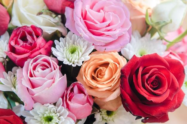 Feche acima do vaso do ramalhete das rosas, flor bonita. dia dos namorados
