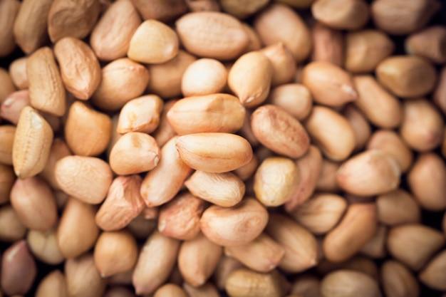 Feche acima dos amendoins no fundo. vista do topo