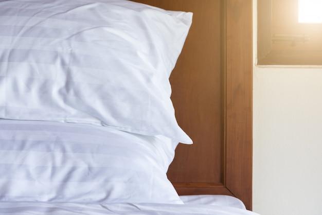 Feche acima dos descansos na cama de madeira. relaxe e tema do feriado. interior e móveis