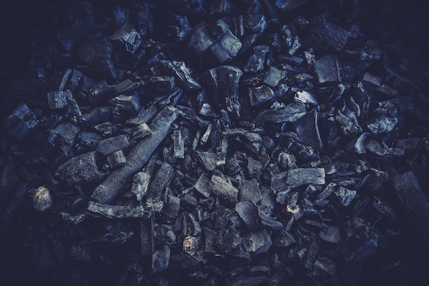 Feche acima dos detalhes de fundo preto da textura do carvão vegetal.