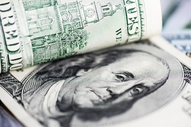 Feche acima dos dólares americanos da nota de banco. economizando dinheiro conceito.