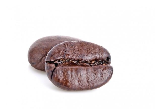 Feche acima dos grãos de café torrados isolados