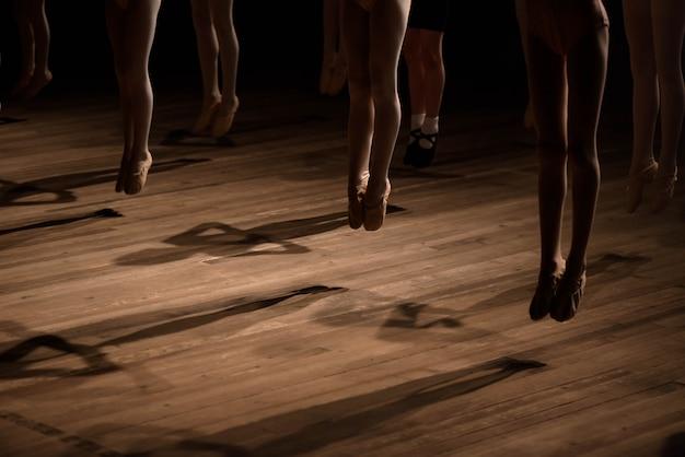 Feche acima dos pés na aula de dança de balé infantil