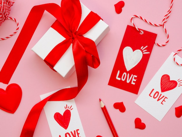 Feche acima dos tag e de presentes do valentim
