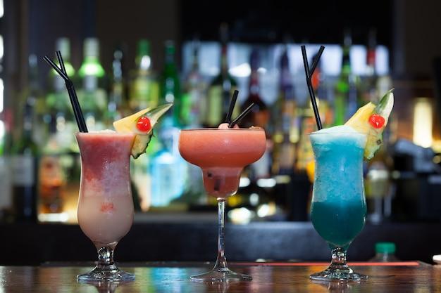 Feche acima em cocktails com água na boca