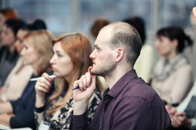 Feche acima. empresários na sala de conferências. negócios e educação