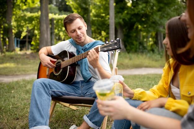 Feche amigos felizes ao ar livre