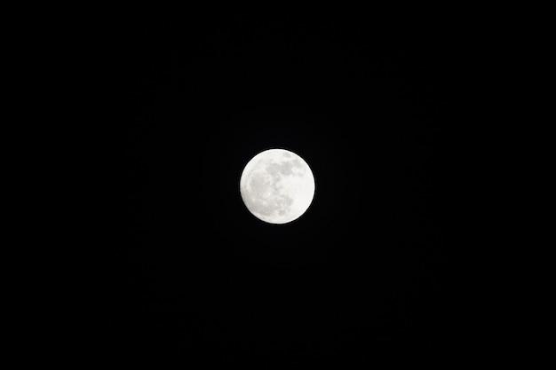 Feche apenas a lua cheia no céu negro.
