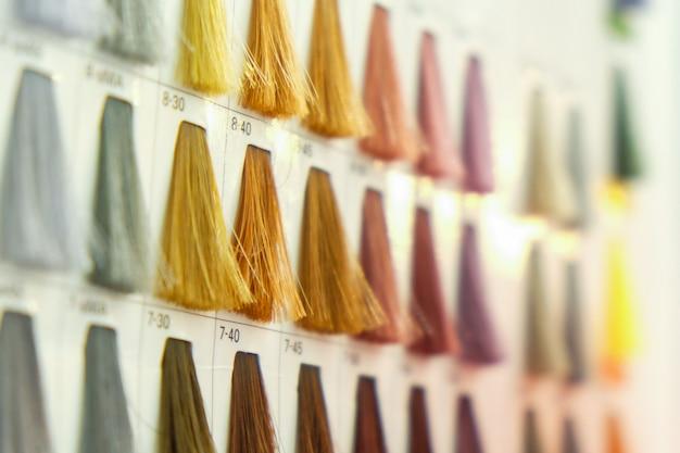 Feche as amostras de cores de cabelo