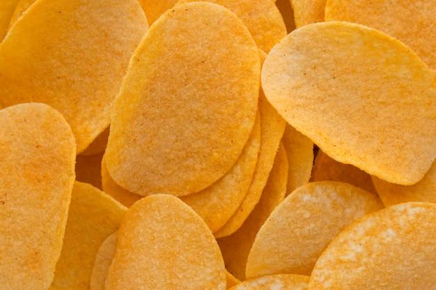 Feche as batatas fritas no fundo da vista superior de madeira.