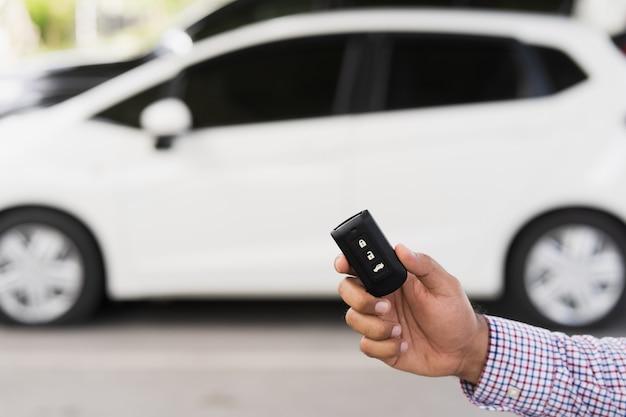 Feche as chaves do carro e os sistemas de alarme de controle remoto do carro na mão