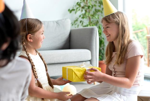 Feche as crianças comemorando a festa de aniversário