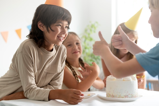 Feche as crianças comemorando o aniversário