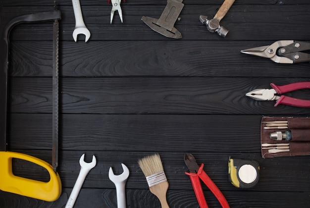 Feche as ferramentas em um fundo de madeira