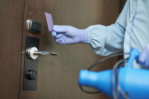Feche as luvas de proteção do homem ao entrar na sala e desinfetar. coronavírus e conceito de quarentena