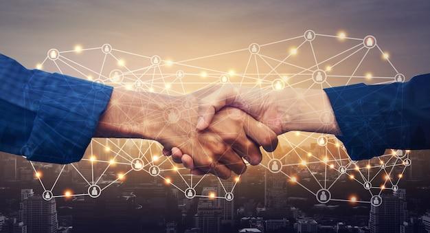 Feche as mãos apertando o conceito de sucesso do acordo de negócios