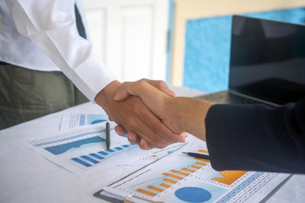 Feche as mãos apertem a parceria de negócios