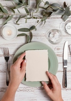 Feche as mãos arrumando a mesa do casamento