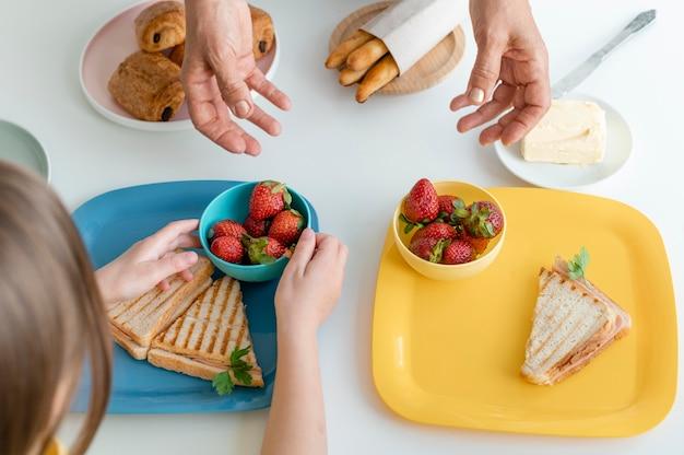 Feche as mãos com comida deliciosa
