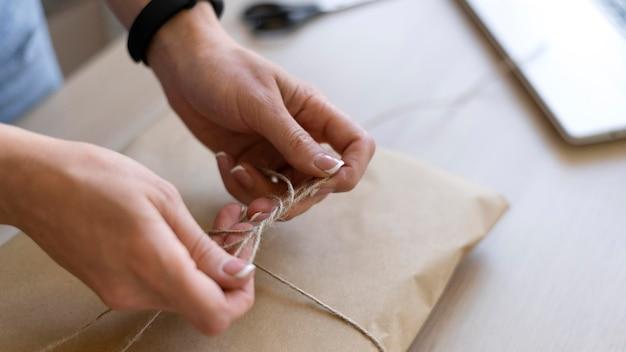 Feche as mãos digitando o tópico do pacote