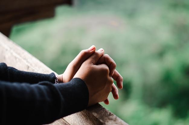 Feche as mãos juntas para orar