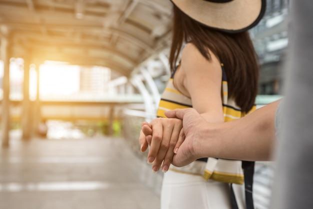 Feche as mãos masculinas e femininas segurando juntos.