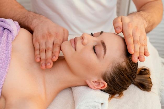 Feche as mãos massageando a mulher