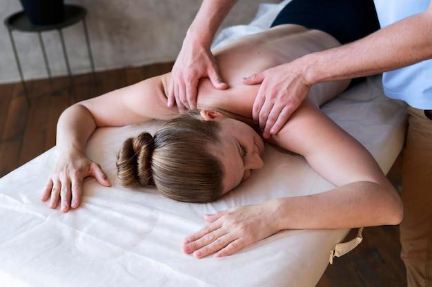 Feche as mãos massageando o paciente