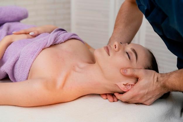 Feche as mãos massageando o pescoço
