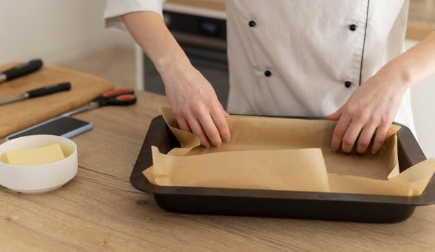 Feche as mãos preparando a bandeja