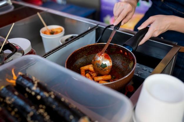 Feche as mãos preparando comida