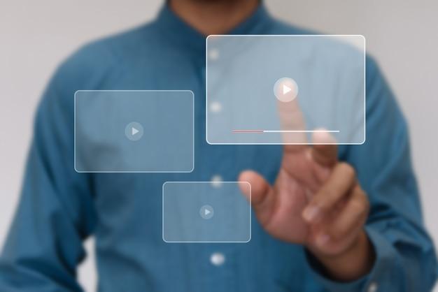 Feche as mãos, reproduza o streaming de vídeo da tela online para assistir o vídeo na internet