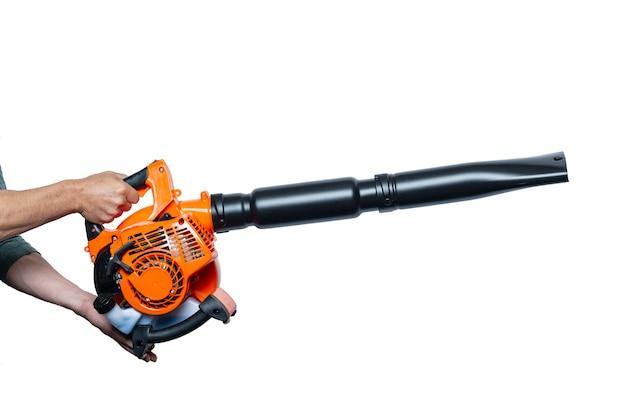 Feche as mãos segurando a ferramenta air blower ou leaf blower isolado no branco. trabalhador com soprador de folhas. soprador de folhas. jardinagem. o sopro portátil deixa de lado. ferramentas