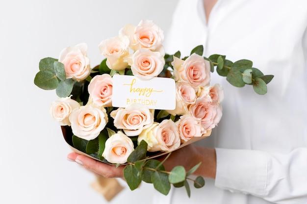 Feche as mãos segurando flores