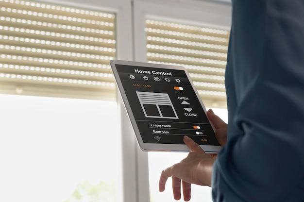 Feche as mãos segurando o tablet